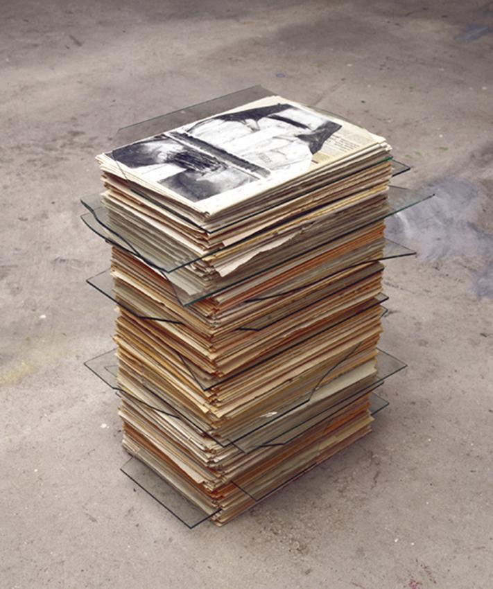 En Memoria, 2001, Periódico y cristal, 62x68x48 cm